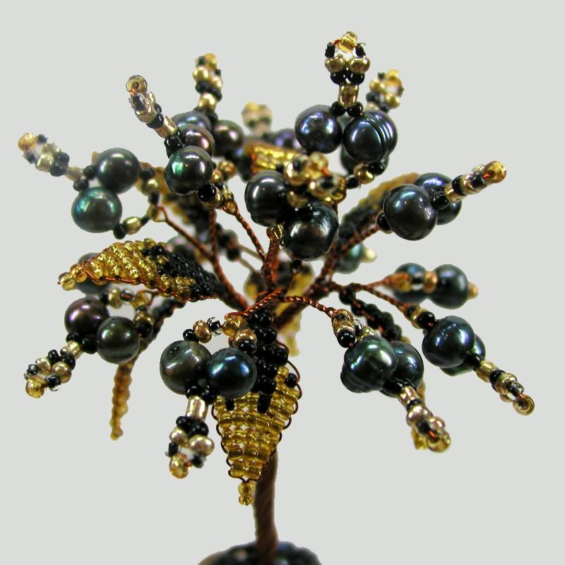 Дерево счастья из черного жемчуга рядом с дольменом
