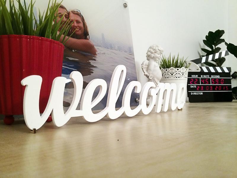 Декоративное слово Welcome белого цвета