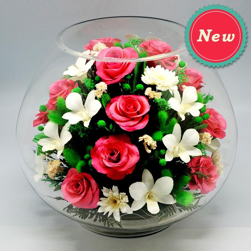 Композиция из роз и орхидей в шарообразной вазе