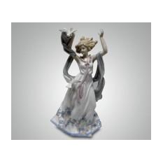 Фарфоровая статуэтка ''Девушка с голубями''