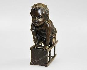 Бронзовая статуэтка «Мальчик на стуле»