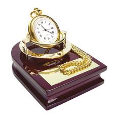 Часы с цепочкой «Магистр» на деревянной подставке