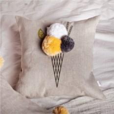 Декоративная подушка Крем-брюле с помпонами