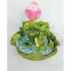Фонтан Лягушки на пруду с розовым цветком