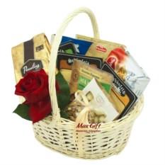 Подарочная корзина с цветами Сырная долина