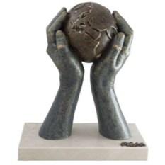 Скульптура Мир в твоих руках