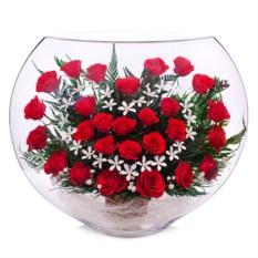Цветы в стекле: композиция из натуральных красных роз.
