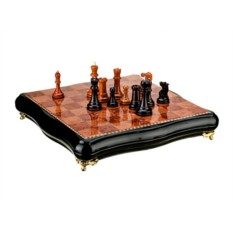 Шахматная доска с деревянными фигурками