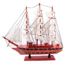 Модель корабля с белыми парусами