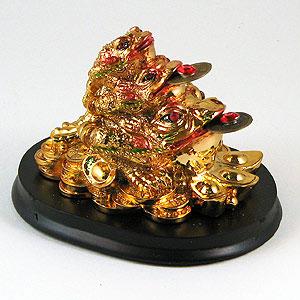 Фигура на подставке «Три жабы на деньгах»