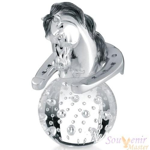 Скульптура «Голова Коня с подковой на стекляном шаре»