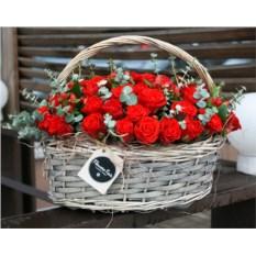 Корзина с 55 розами
