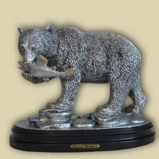 Медведь с рыбой под серебро