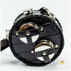Черная круглая фляга в кожаном чехле и 2 стакана