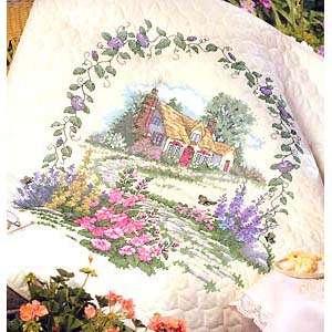 Стеганое одеяло «Коттедж с розовыми шток-розами»