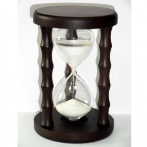 Песочные часы с блестящим белым песком