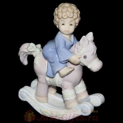 Статуэтка Мальчик, сидящий на игрушечной лошади