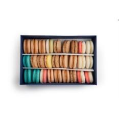 Набор из 30 макаронов в коробке из цветного картона