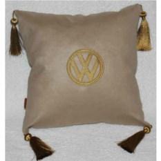 Бежевая подушка с золотой вышивкой и костями Volkswagen