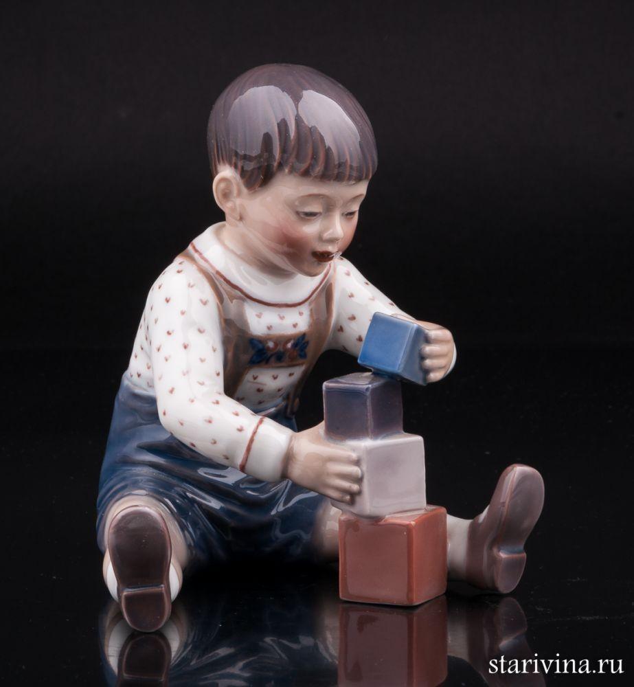 Фарфоровая статуэтка Мальчик играющий с кубиками