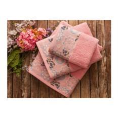 Розовое банное полотенце