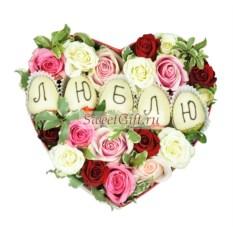 Композиция из клубники и цветов Люблю