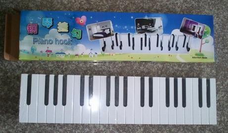 Вешалка в виде пианино черно белое