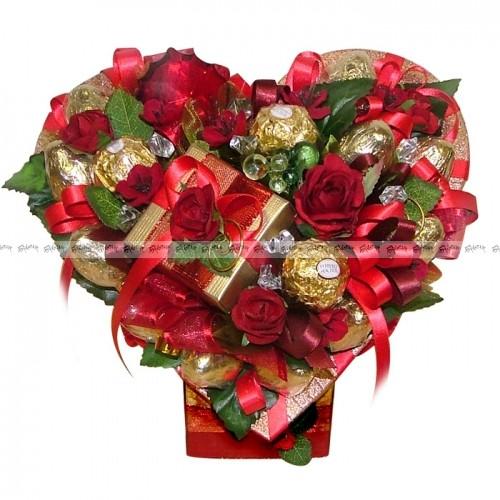 Букет из конфет Сердце с красными цветами