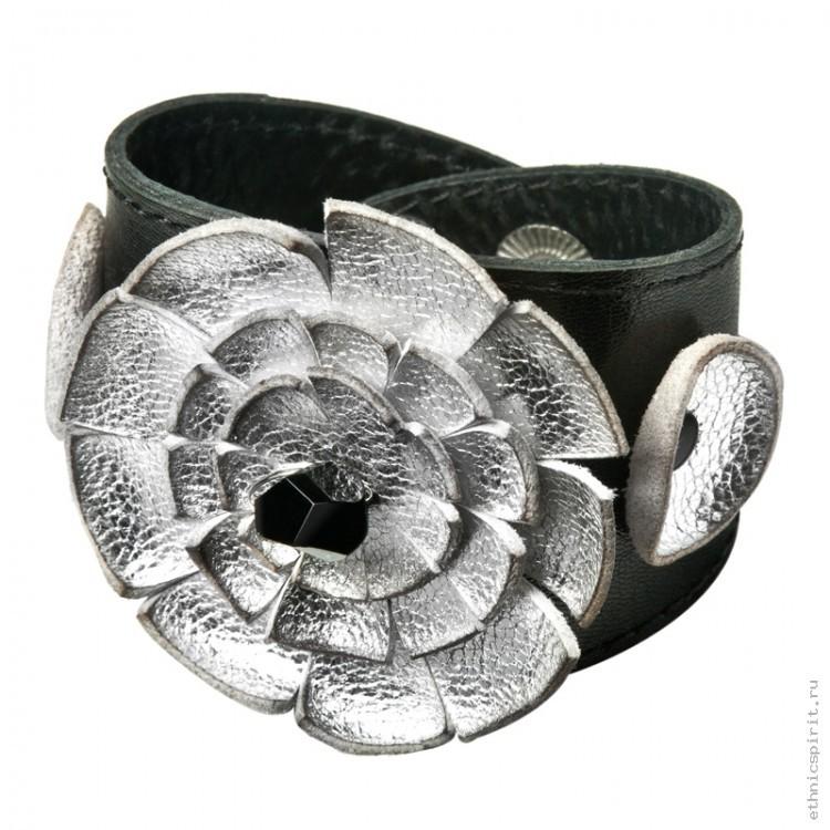 Браслет с серебреным цветком