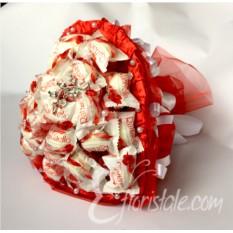Букет из конфет Raffaello в форме сердца