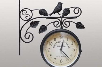 Часы на кронштейне с птицей