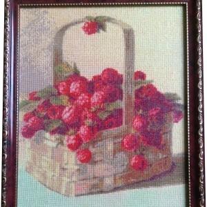 Вышитая картина Малина в лукошке