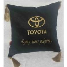 Черная с золотой вышивкой подушка Toyota с кистями