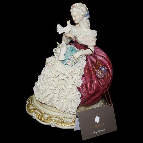 Статуэтка «Дама с голубями»