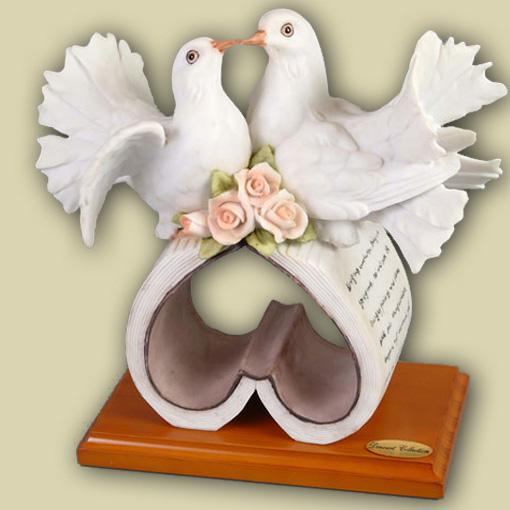 Пара голубей на сердце