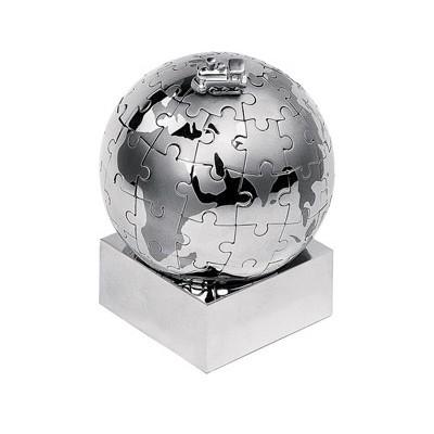 Шарообразный металлический паззл с миниатюрой паровоза