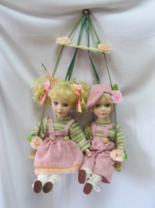 Куклы фарфоровые «Парочка на качелях»