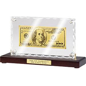 Банкнота «100 USD» на подставке