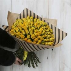 Букет из 101 кенийской розы желтого цвета в крафте