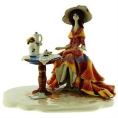 Статуэтка из фарфора Дама за кофейным столиком