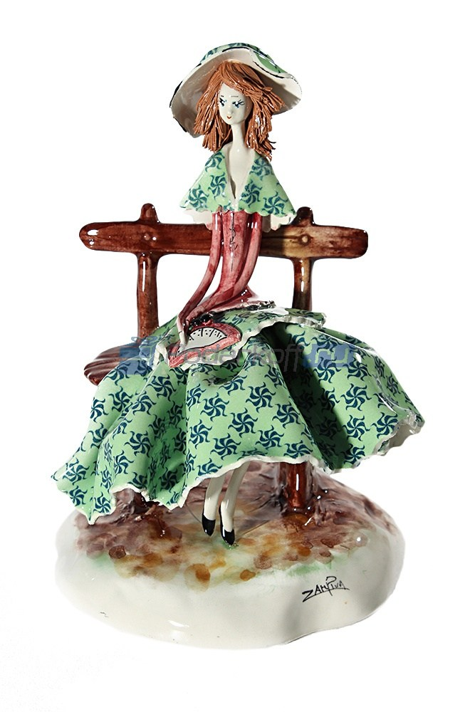Статуэтка Леди сидящая на скамейке