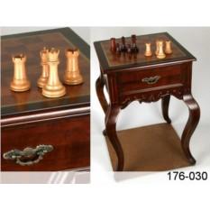 Шахматный стол с деревянными фигурками
