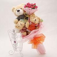Букет из игрушек Медвежата с букетом розовых роз