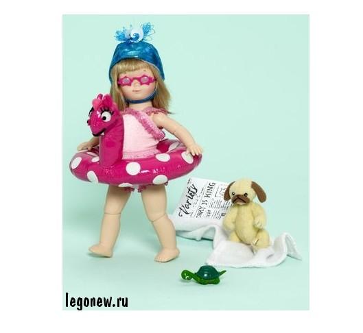 Кукла Элоиза у бассейна в Голливуде