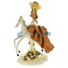 Фарфоровая статуэтка Дама на лошади в бежевом