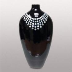 Черная керамическая ваза с белым декором