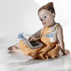 Фарфоровая статуэтка Девочка с компьютером от Sibania