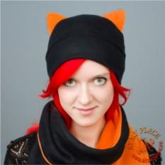 Черная шапка с оранжевыми ушками