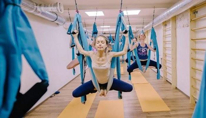 Йога в гамаках в студии Eiyoo