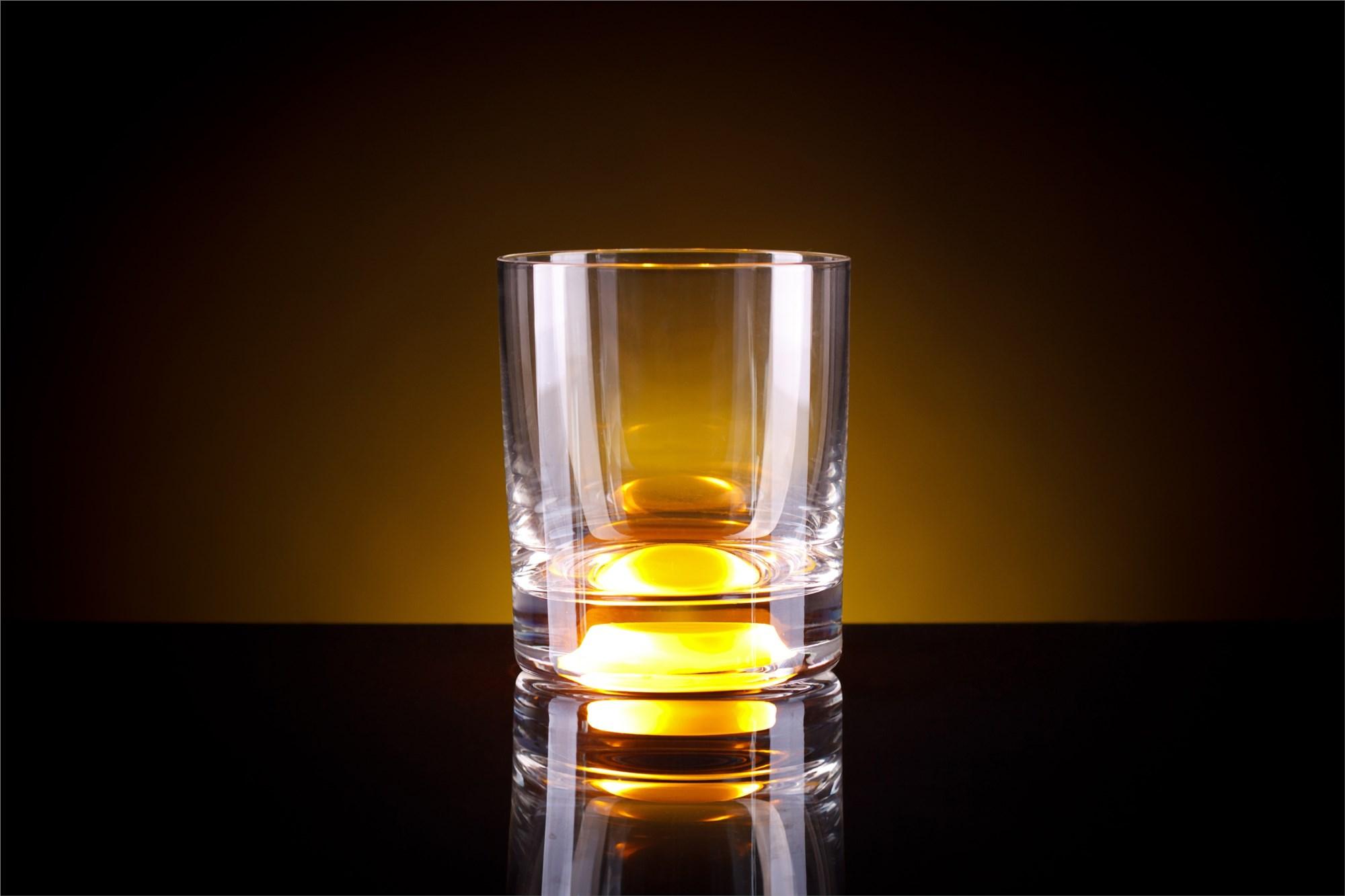 Жёлтый бокал для виски, загорающийся от прикосновения руки